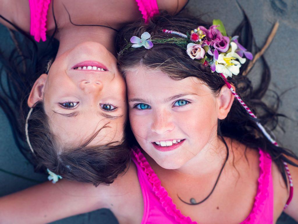 dos niñas en la playa en un book fotografico