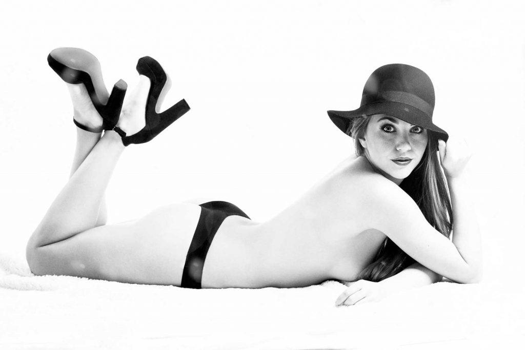 Fotógrafo erótico mujer en pose erotica